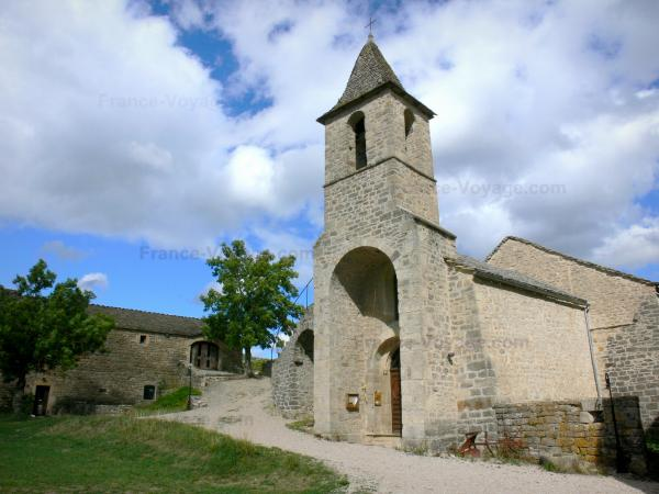 Le Villard - Clocher-porche de l'église Saint-Privat ; sur la commune de Chanac