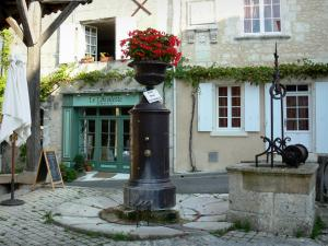 Villebois-Lavalette - Fountain, wells and houses of the village