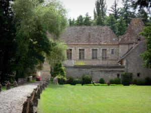 Villeconin - Alley leading to the Villeconin château; in the La Renarde valley