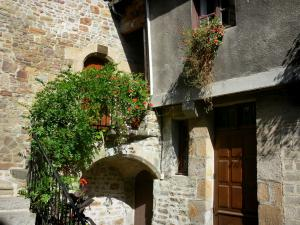 Villedieu-les-Poêles - Houses decorated with flowers