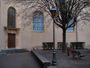 Villefranche-sur-Saône - Chapel of the former hospice and public garden with lamppost, tree, bench and shrubs