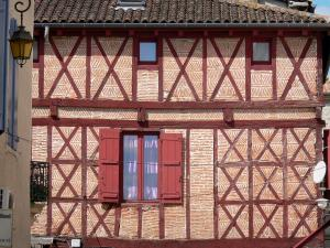 Villeneuve-sur-Lot - Facade of a house with red timber framing