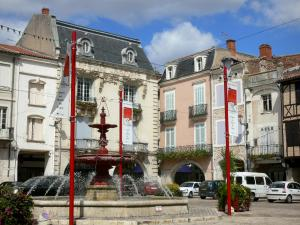Villeneuve-sur-Lot - Fountain and facades of houses on the Place Lafayette square