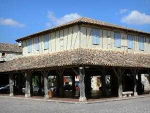 Villeréal - Medieval bastide town: covered market hall on the central square