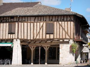 Villeréal - Medieval bastide town: half-timbered house on the Place de la Halle square