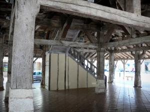 Villeréal - Medieval bastide town: pillars and wooden structure of the covered market hall
