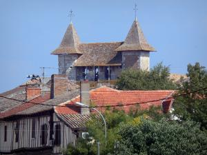 Villeréal - Medieval bastide town: towers of the Notre-Dame fortified church and half-timbered houses