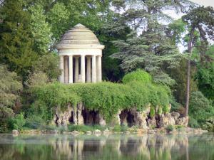 Vincennes wood - Daumesnil lake with the Reuillly island and its romantic gazebo