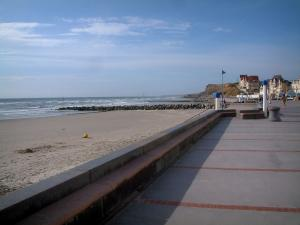 Wimereux - Opal Coast: dike-walk, sandy beach, the Channel (sea) and houses in background