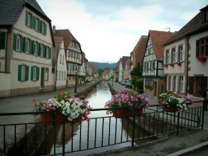 Wissembourg - Flower-covered bridge and Lauter river lined with houses