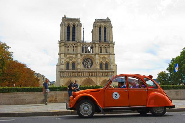 Discover Paris in a Retro 2CV Car – 90-minute tour - Activity - Holidays & weekends in Paris