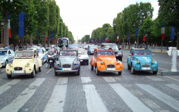 Discover Paris in a Retro 2 CV Car – 45 Minute Tour - Activity - Holidays & weekends in Paris
