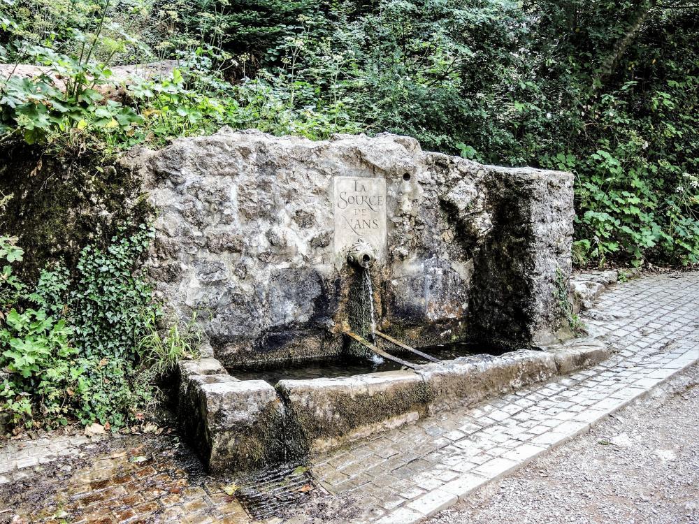 Le massif de la Sainte-Baume - La fontaine de Nans, le long du sentier montant au sanctuaire (© J.E)