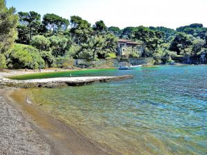 Le port du Niel et sa plage minuscule (© J.E)