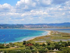 Panorama sur la plage de l'Almanarre, depuis les ruines du château de Giens (© J.E)