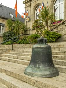 The bell on the steps of the town hall of Villedieu